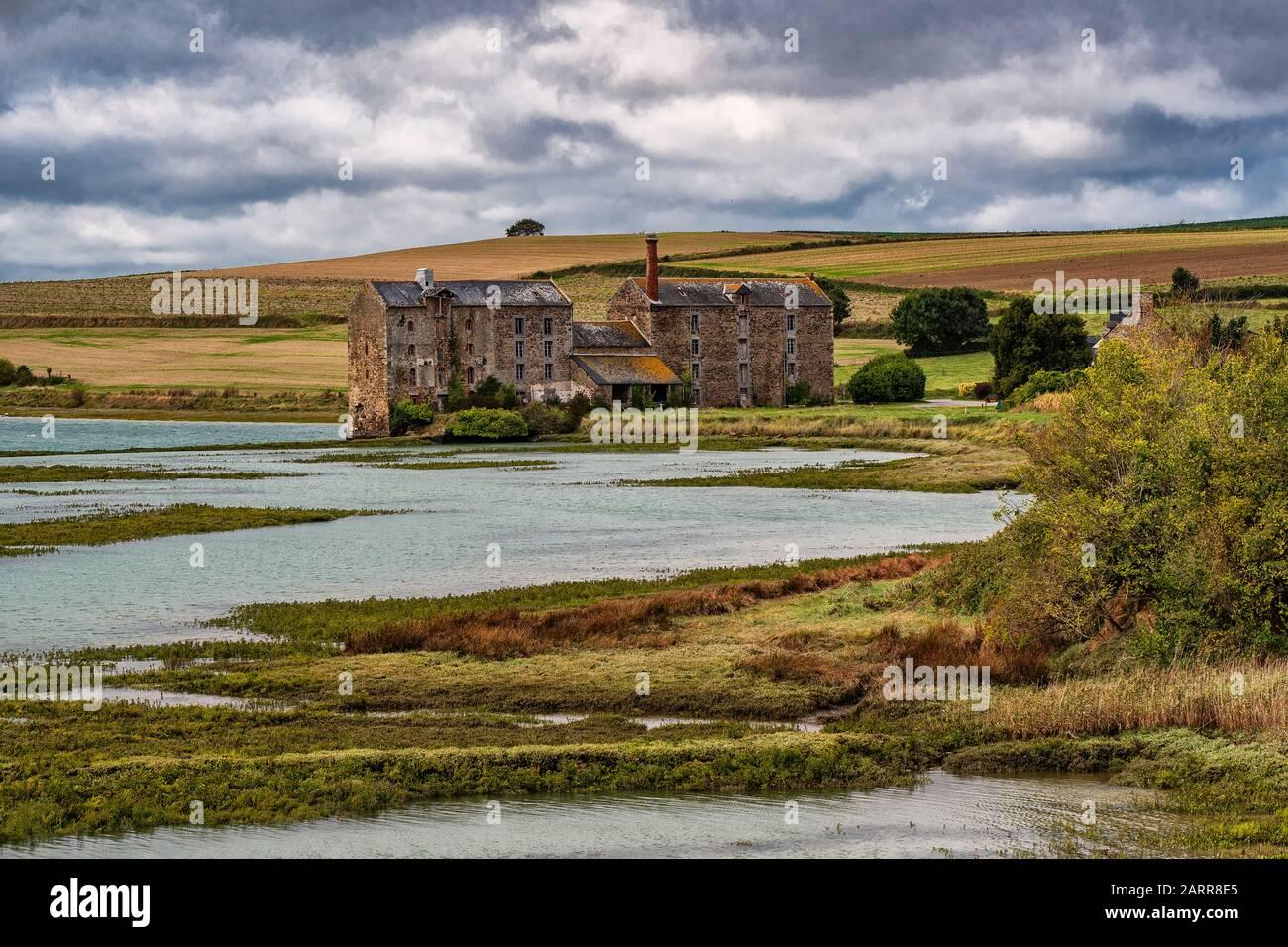 Bretagne, norte de Francia. Una antigua fábrica abandonada cerca de la ciudad de Saint Malo en medio del verde campo y un pantano. Foto de stock