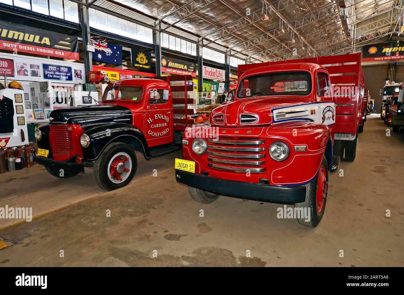 Alice Springs, NT, Australia - 20 de noviembre de 2017: Coches antiguos en el museo Ghan, camiones de entrega Foto de stock