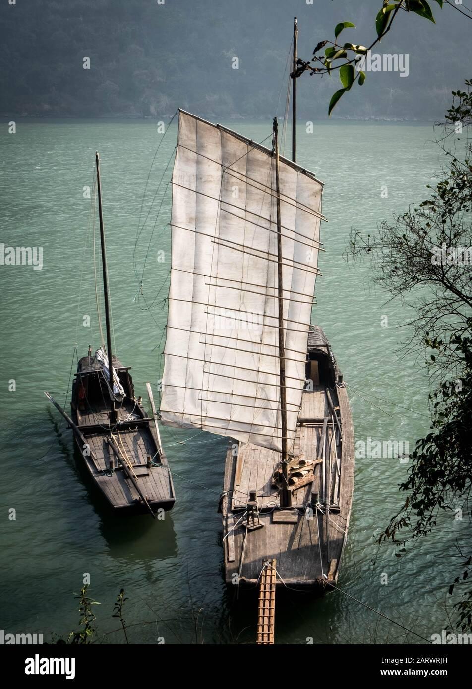 Yichang, HUBEI / CHINA - DEC 25 2019: Barco de vela tradicional de pescadores chinos en el río Yangtze para el viajero junto con las tres gargantas del área Foto de stock