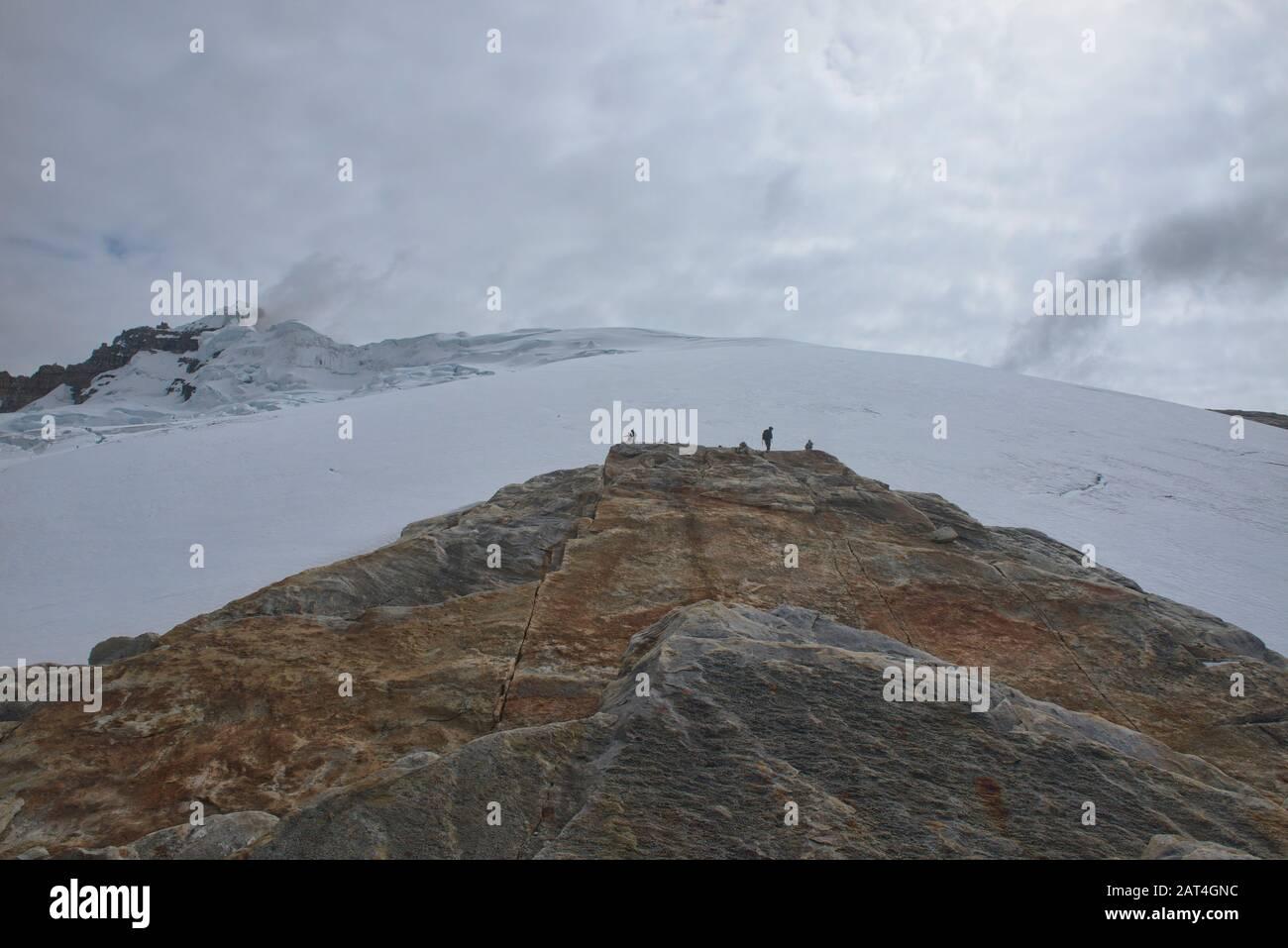 Escaladores Con Vista Al Glaciar Ritacuba, Parque Nacional El Cocuy, Boyacá, Colombia Foto de stock
