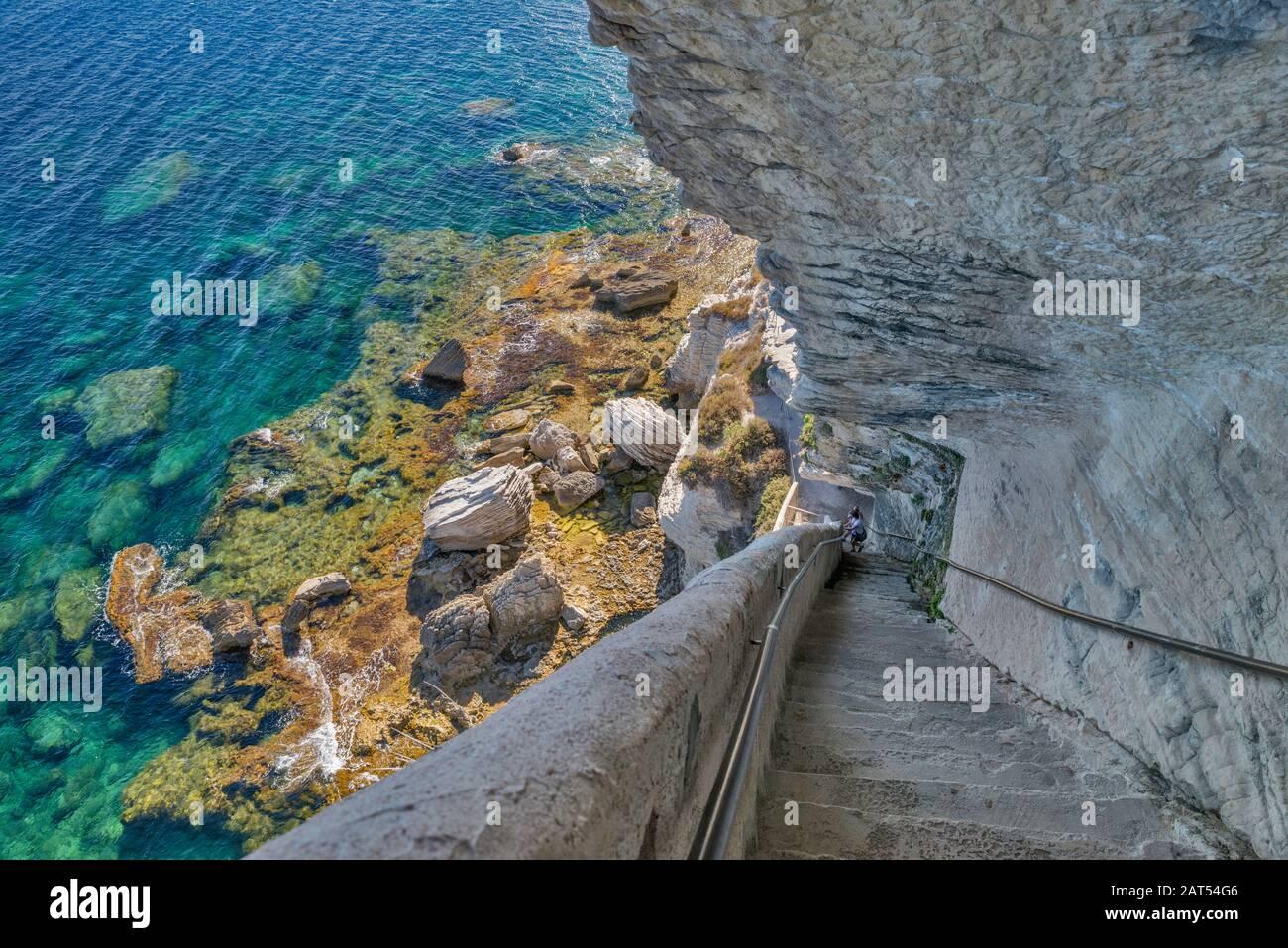 Escalier du roi d'Aragon (Pasos del rey Aragón) cortado en 1420 en un acantilado de piedra caliza sobre el estrecho de Bonifacio en Bonifacio, Corse-du-Sud, Córcega, Francia Foto de stock