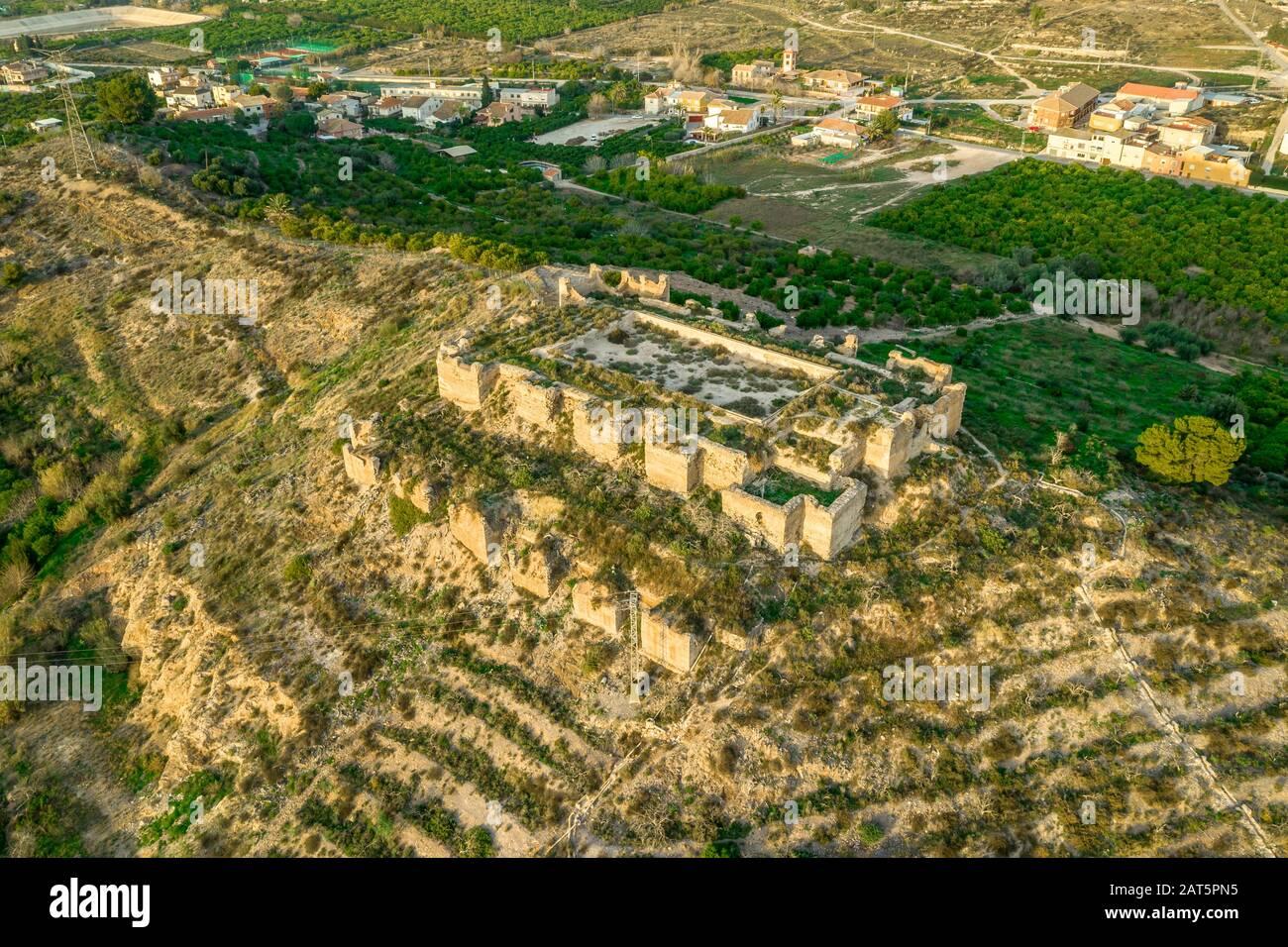 El castillo medieval de Monteagudo arruina doce torres rectangulares que rodean la cima de la colina y el sagrado corazón de la estatua de Jesucristo en la cima cerca de Murcia España Foto de stock