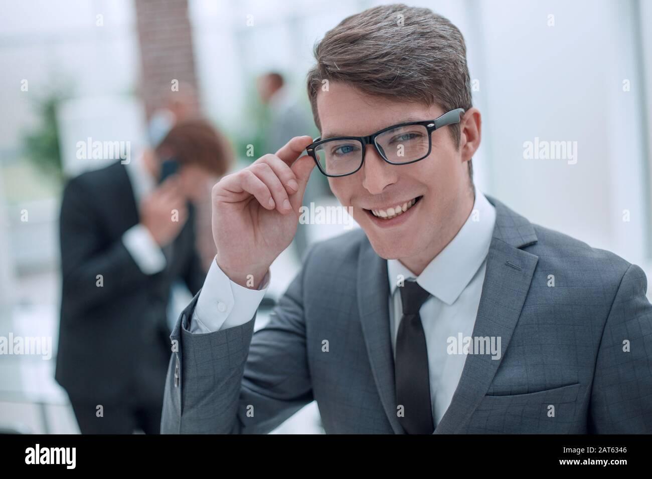 hombre de negocios responsable mirando a través de sus gafas. Foto de stock