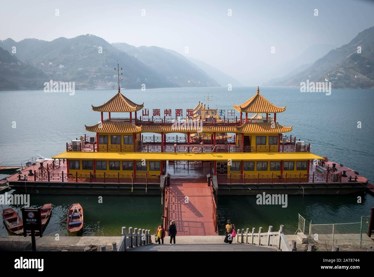 Yichang, HUBEI / CHINA - DEC 25 2019: Navegación por el río yangtze para el viajero junto con las tres gargantas, la parte del río Yangtze Foto de stock