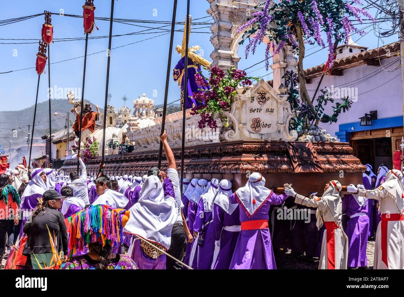 Antigua, Guatemala - 14 de abril de 2019: Procesión del Domingo de Ramos en el lugar declarado Patrimonio de la Humanidad por la UNESCO con las famosas celebraciones de la Semana Santa. Foto de stock