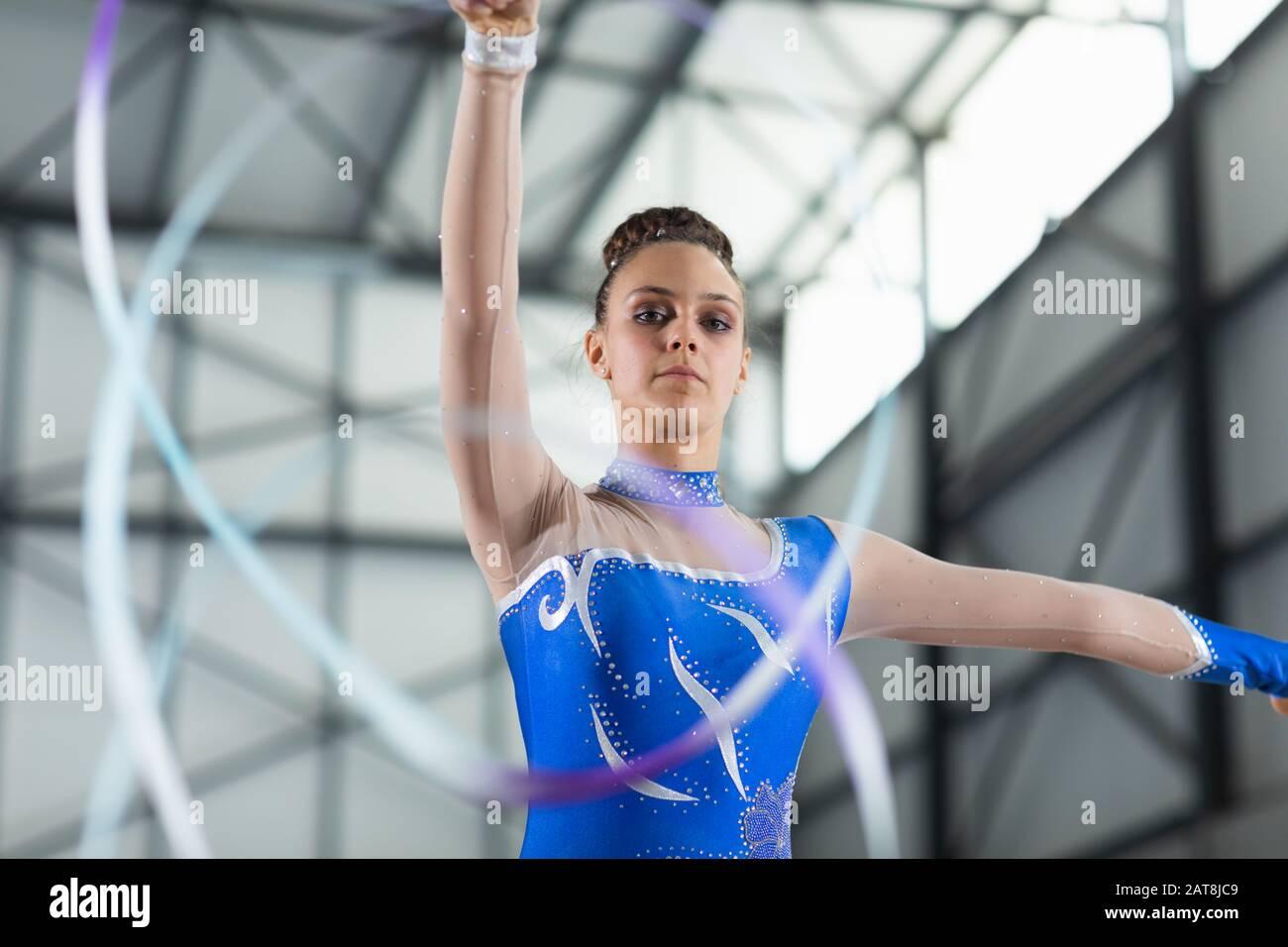 Entrenamiento de gimnasta en el gimnasio Foto de stock