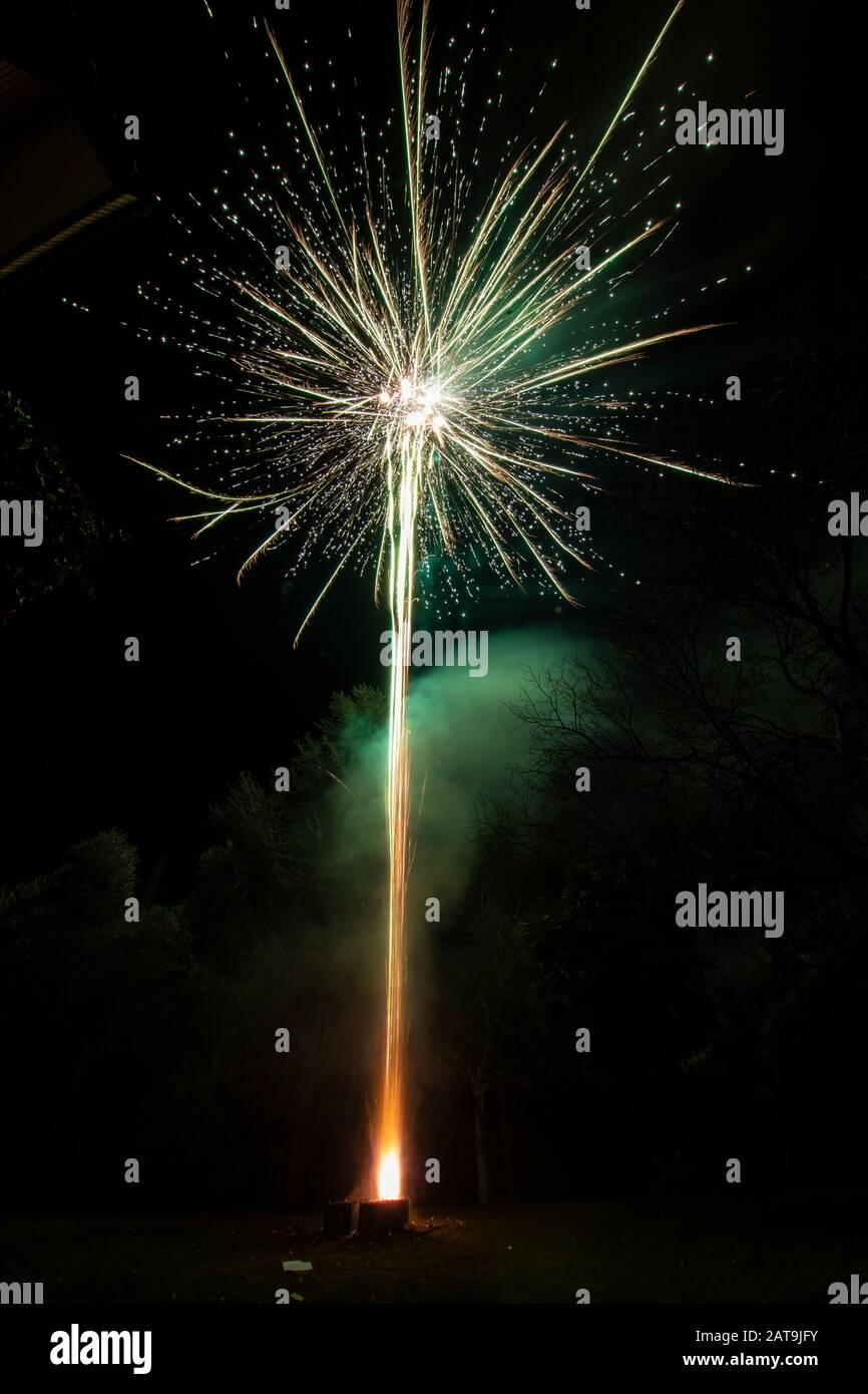 Un increíble espectáculo de fuegos artificiales durante la celebración de Nochevieja para el comienzo de un feliz año nuevo en una bonita Navidad en España, un colorido espectáculo Foto de stock