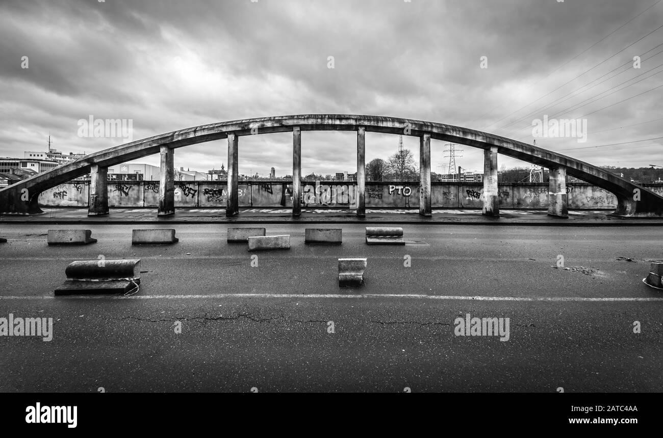 Schaerbeek, Bruselas / Bélgica - 03 15 2019: El dilapidado Puente Albert con oscuro cielo lluvioso en blanco y negro Foto de stock