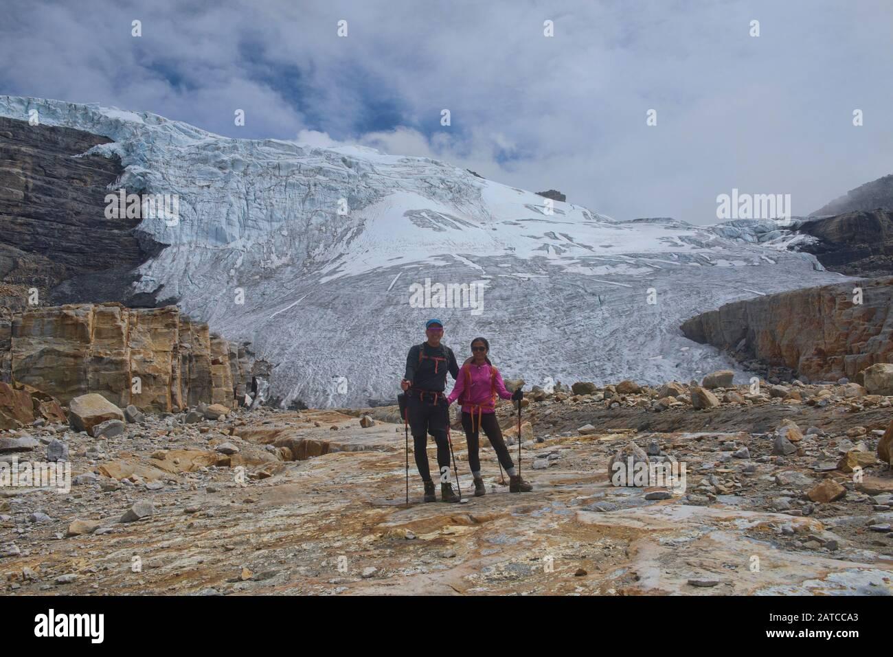 Excursionistas frente a Ritacuba Blanca y su enorme glaciar, el Parque Nacional el Cocuy, Boyacá, Colombia Foto de stock