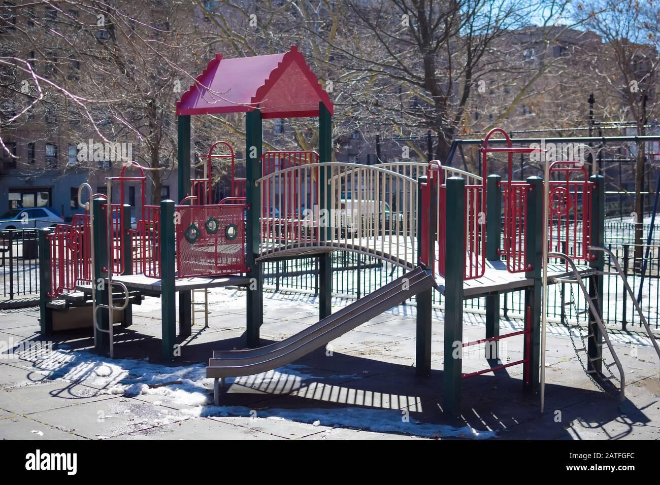 Un parque infantil/gimnasio en un soleado día de invierno, Harlem, Nueva York, NY, Estados Unidos Foto de stock