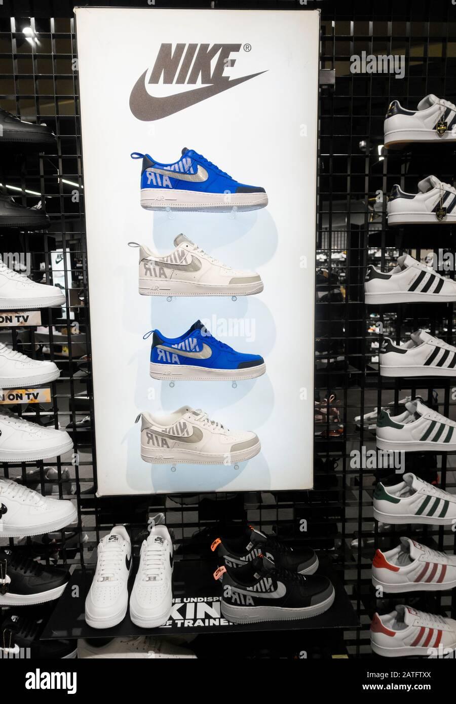 comprender herida estudiante universitario  Tienda JD Sports. REINO UNIDO. Muestra zapatillas/zapatillas de  entrenamiento Nike y Adidas Fotografía de stock - Alamy
