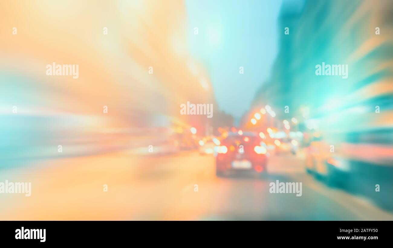 Resumen colorido fondo borroso, efecto de movimiento. Coches en la carretera, escena urbana. Tema de la vida de la ciudad, el exceso de velocidad y la libertad. Foto de stock