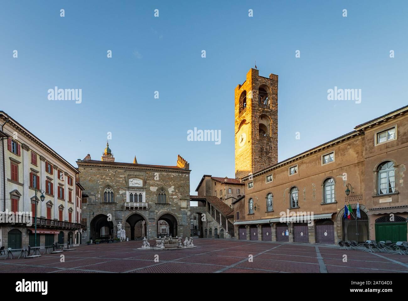 Panorama de la Piazza Vecchia con la fuente de Contarini y en el fondo el Palazzo della Ragione y el campanario llamado Campanone en la Piazza V. Foto de stock
