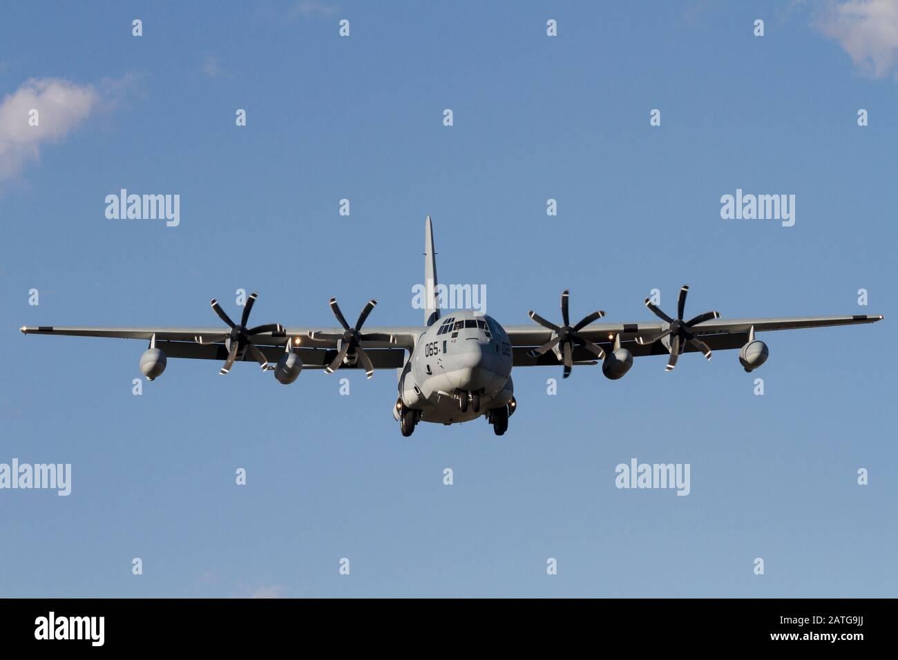 """Un avión Hercules Lockheed C-130J con el escuadrón de transporte aéreo De Reabastecimiento De Combustible de los EE.UU. Marines 152 (VMGR-152) conocido como el """"sumos"""" Foto de stock"""