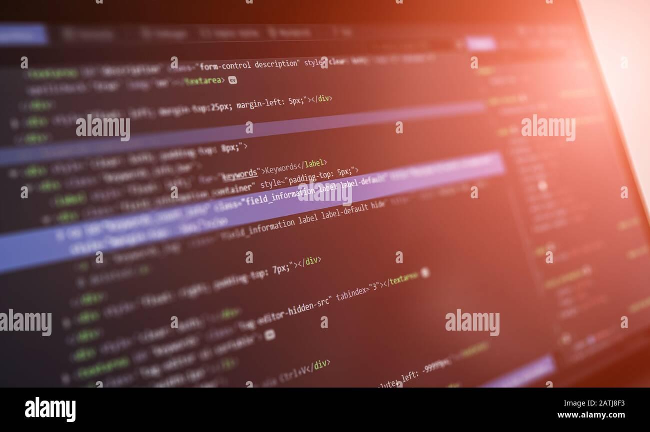 Programación y desarrollo de las tecnologías de codificación. Diseño de sitios web. Programador que trabaja en una empresa de desarrollo de software office. Foto de stock