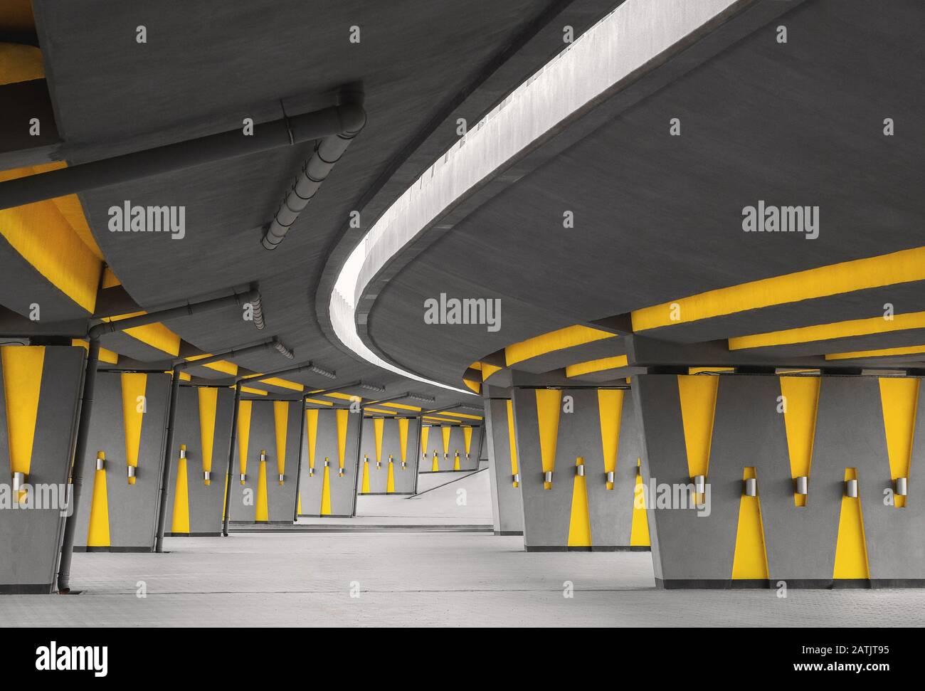 Característica arquitectónica con calle vacía bajo puente de automoción, perspectiva urbana y punto de fuga, infraestructura moderna de la ciudad Foto de stock