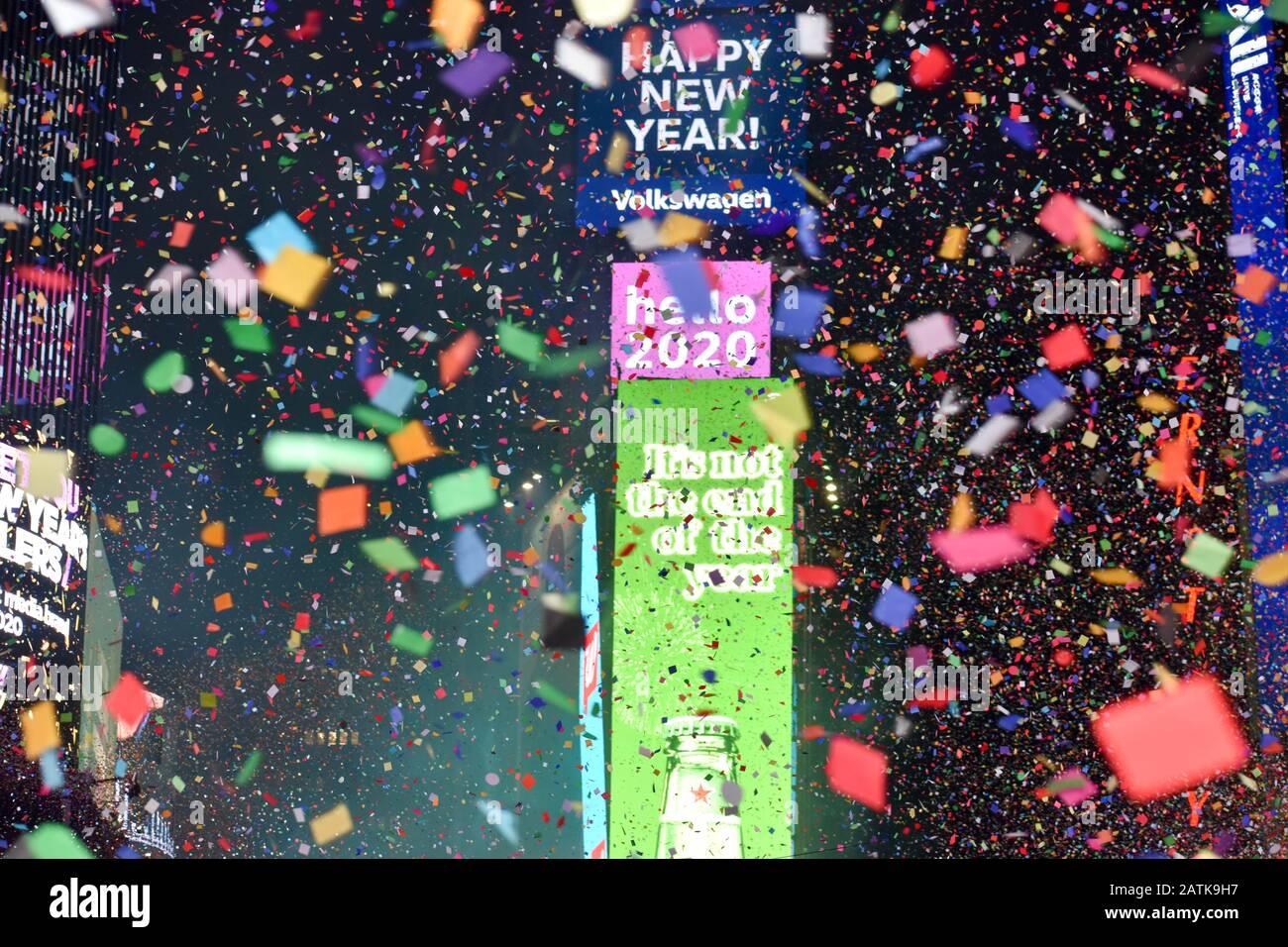 Los juerguistas celebran después de la caída de pelota durante las celebraciones de Nochevieja en Times Square el 1 de enero de 2020 en la ciudad de Nueva York. Foto de stock