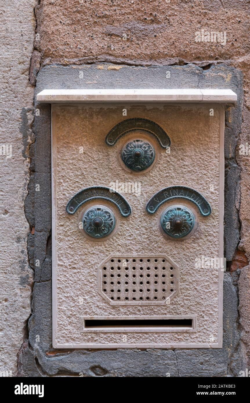 Italia, Venecia, los intercoms que tienen la mirada de una cara Foto de stock