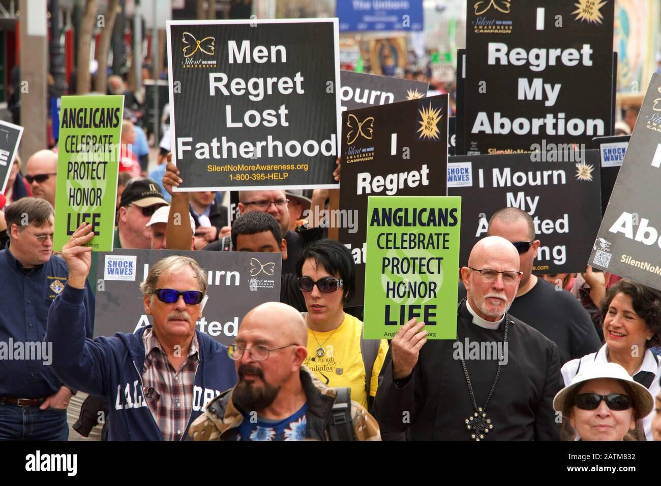 San Francisco, CA - 25 de enero de 2020: Participantes no identificados en El 16º Paseo anual por la vida marchando por Market Street sosteniendo señales pro vida y ba Foto de stock