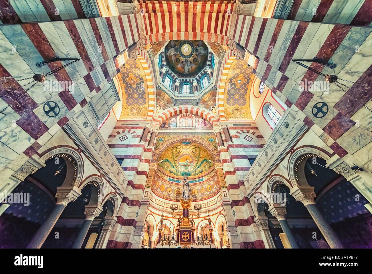 Dentro de la basílica de Notre-Dame de la Garde en Marsella Foto de stock