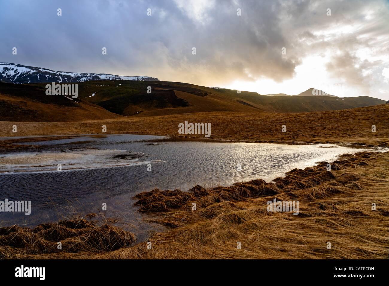 Otoño invierno paisaje en Islandia con lago y montañas Foto de stock