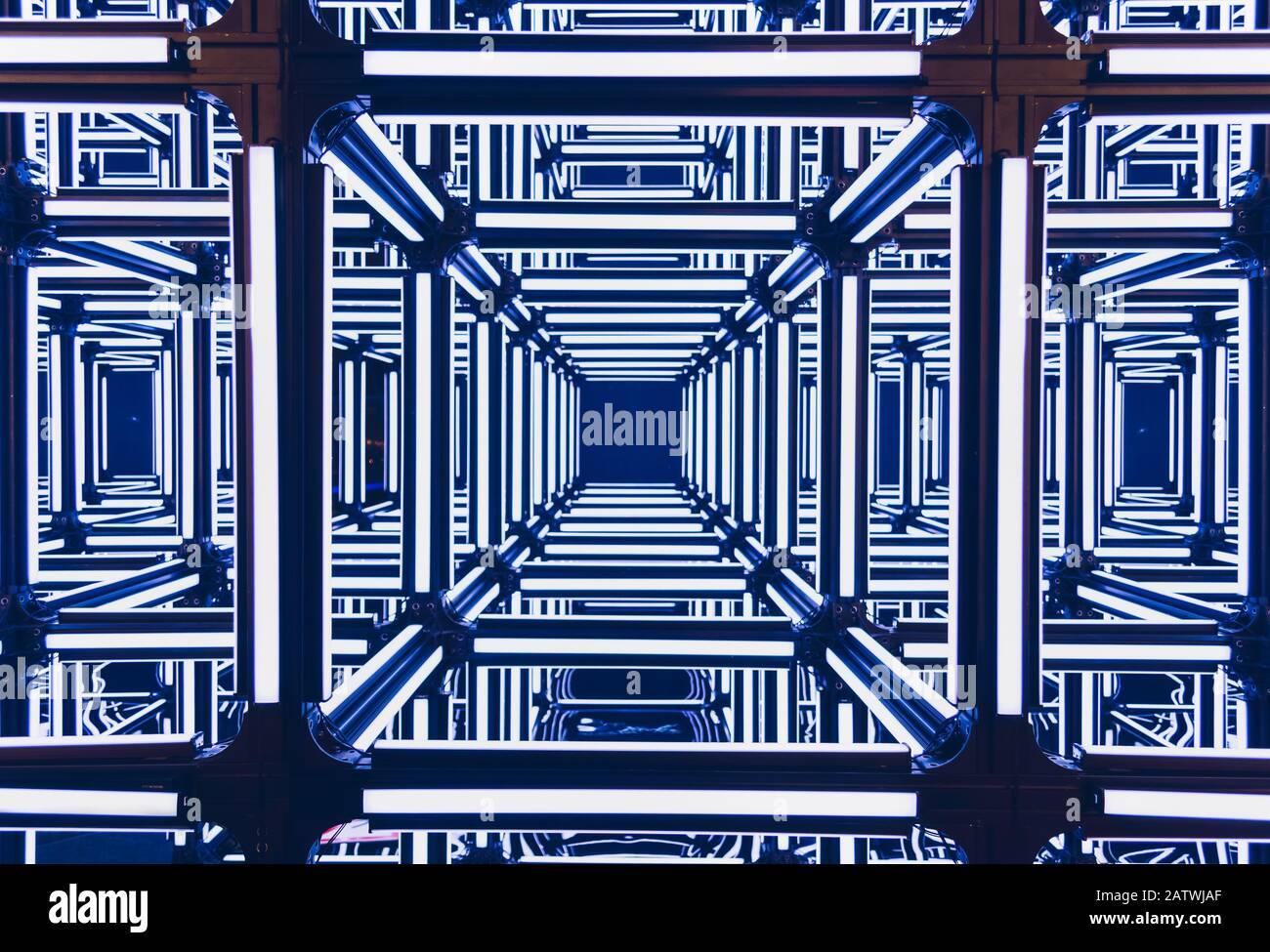 fondo ffutístico de brillantes rayas azules de neón en cubos Foto de stock
