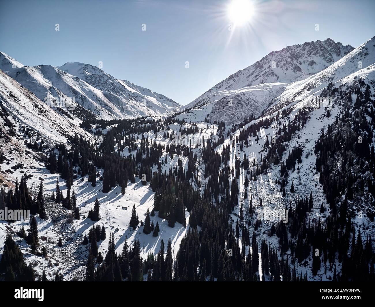 Vista aérea del paisaje de montaña de invierno en el soleado día en el desfiladero de Almarasan en Almaty, Kazajstán. Foto de stock