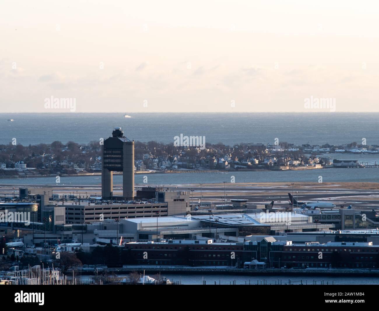 La Torre De Control Del Tráfico Aéreo En El Aeropuerto Internacional Logan De Boston Foto de stock