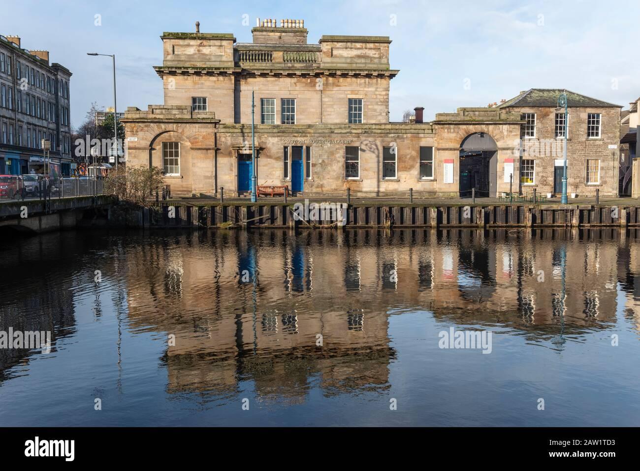 Custom House Gallery on Customs Wharf reflejado en el agua de Leith en Leith, Edimburgo, Escocia, Reino Unido Foto de stock