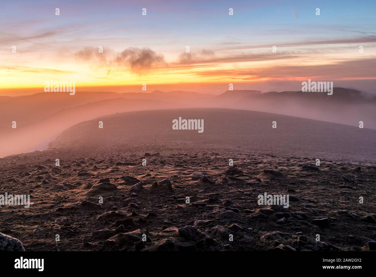 The View South at Dawn from the Summit Shelter on Helvellyn as Mist Barriendo La meseta, Lake District, Cumbria, Reino Unido Foto de stock