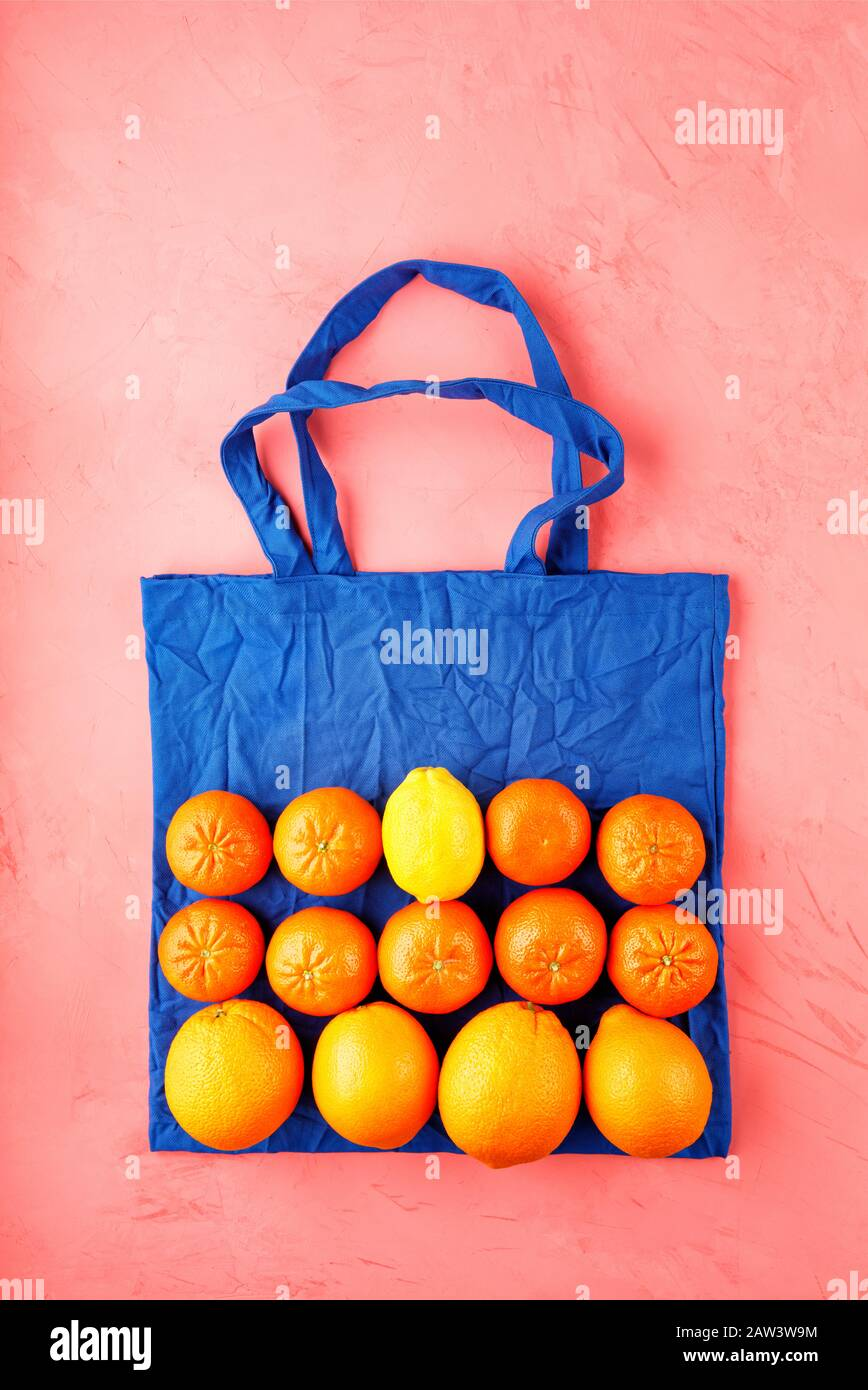 Compras de comida sin residuos, bolsa ecológica de color azul clásico con frutas y verduras. Foto de stock