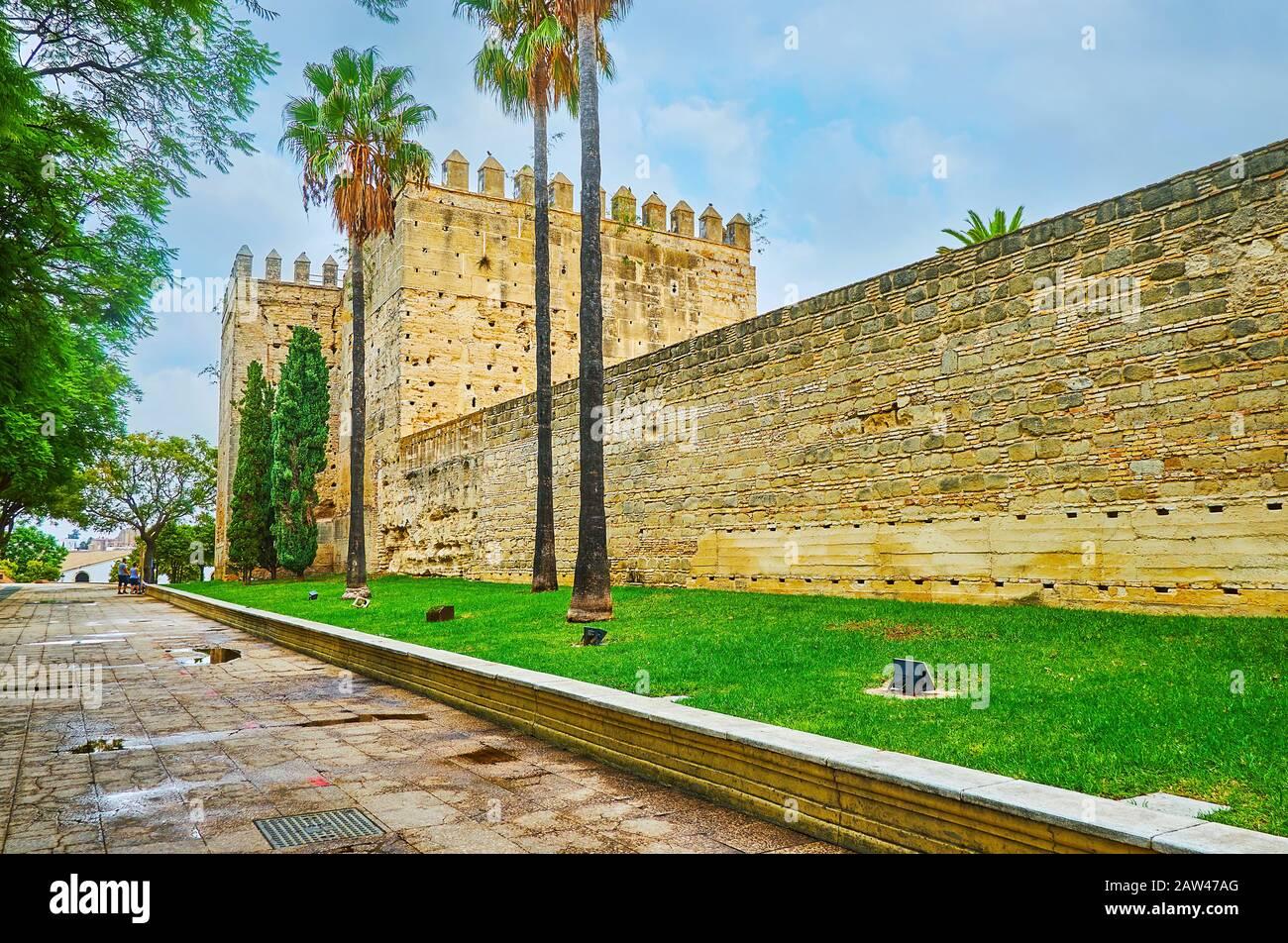 Exterior de la fortaleza del Alcázar, que es uno de los principales monumentos de la ciudad y símbolos históricos de Jerez, España Foto de stock