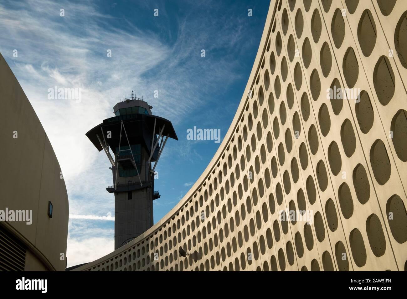 LAX Tema edificio y torre de control. El Aeropuerto Internacional de Los Ángeles - LAX - Los Angeles, California, EE.UU. Foto de stock