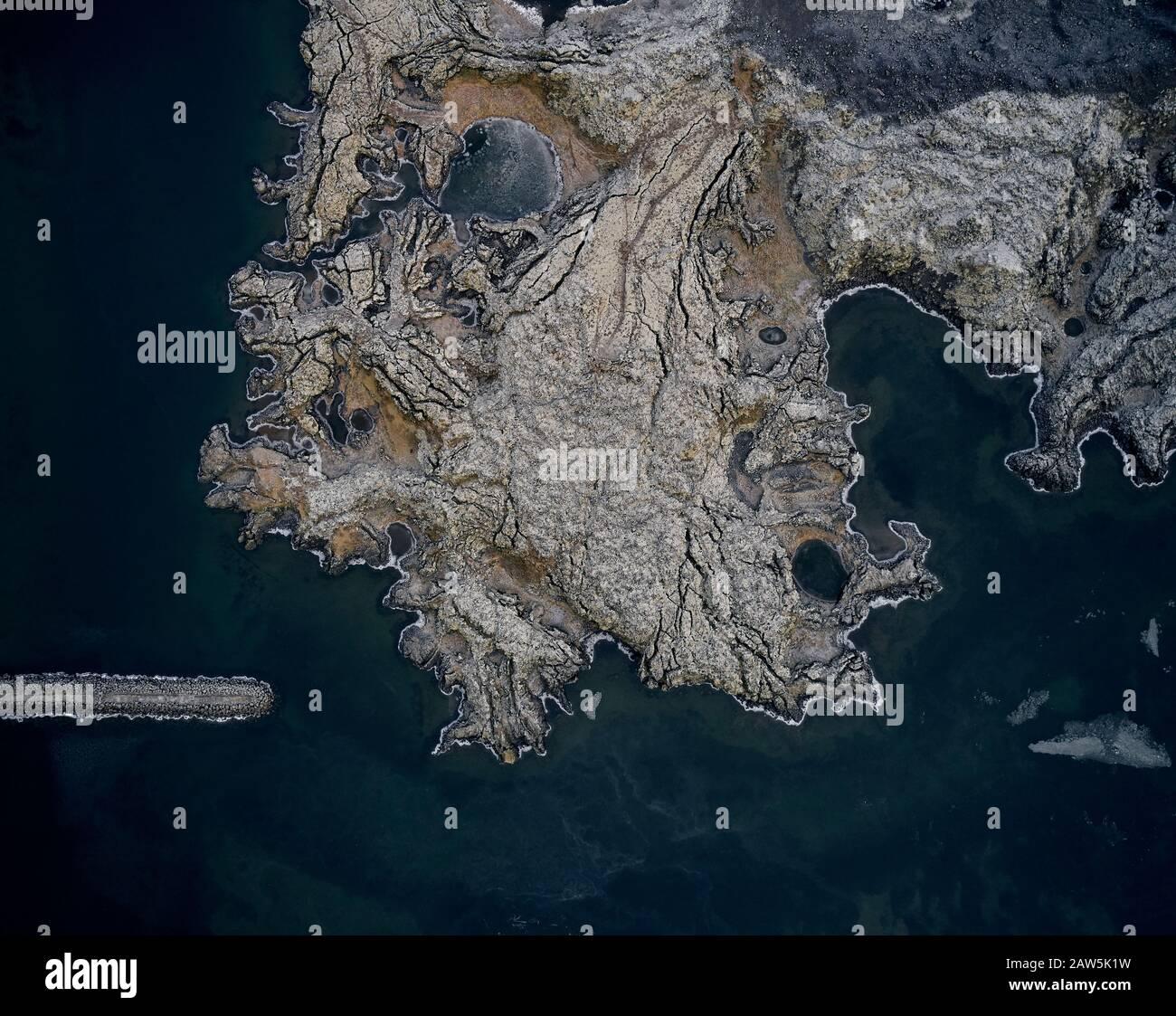 Vista del paisaje del mar con olas que lavan la costa con rocas Foto de stock