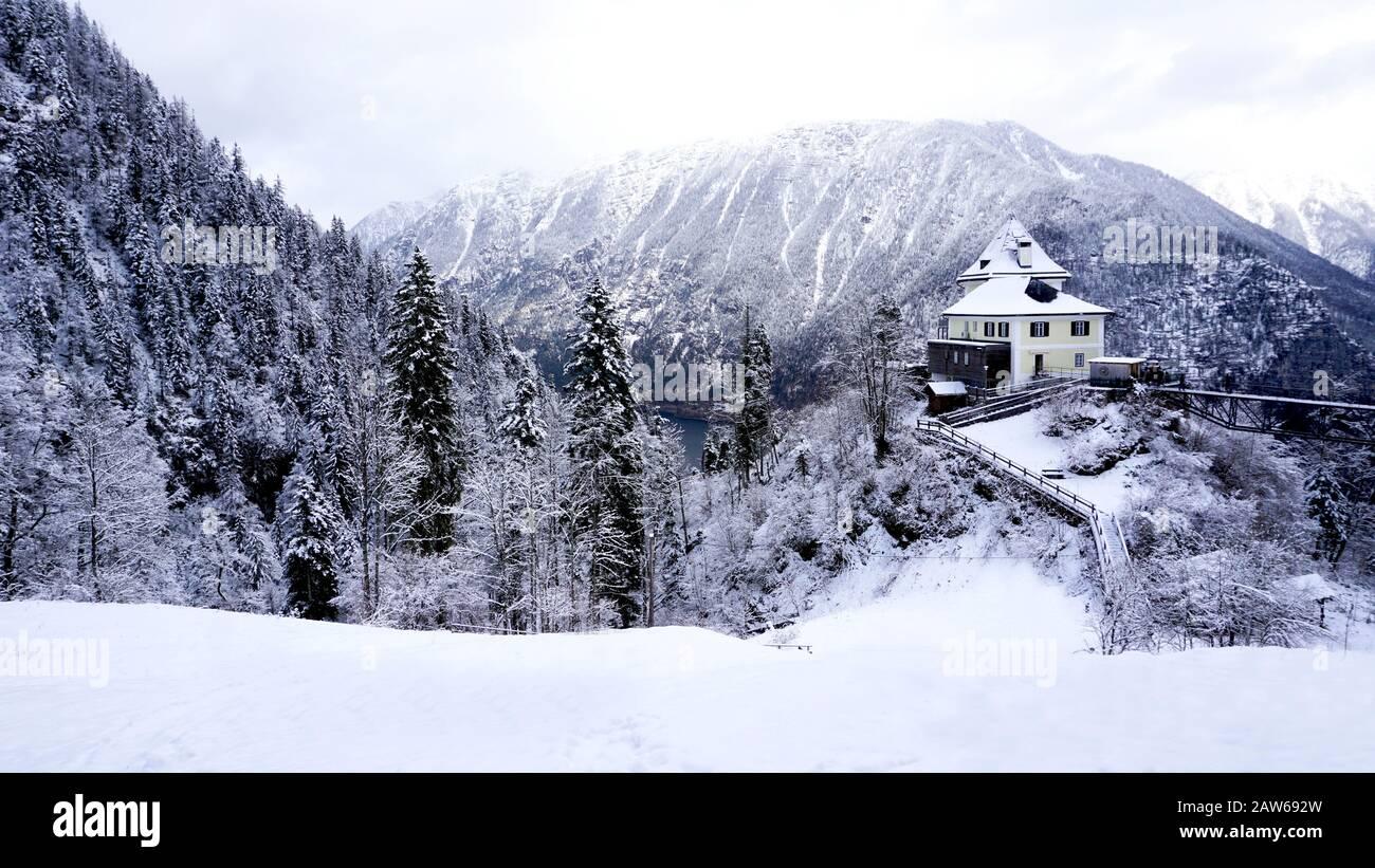 Paisaje de Hallstatt invierno nieve paisaje valle y lago a través del bosque en el valle de la montaña conduce a la antigua mina de sal de Hallstatt, Austr Foto de stock