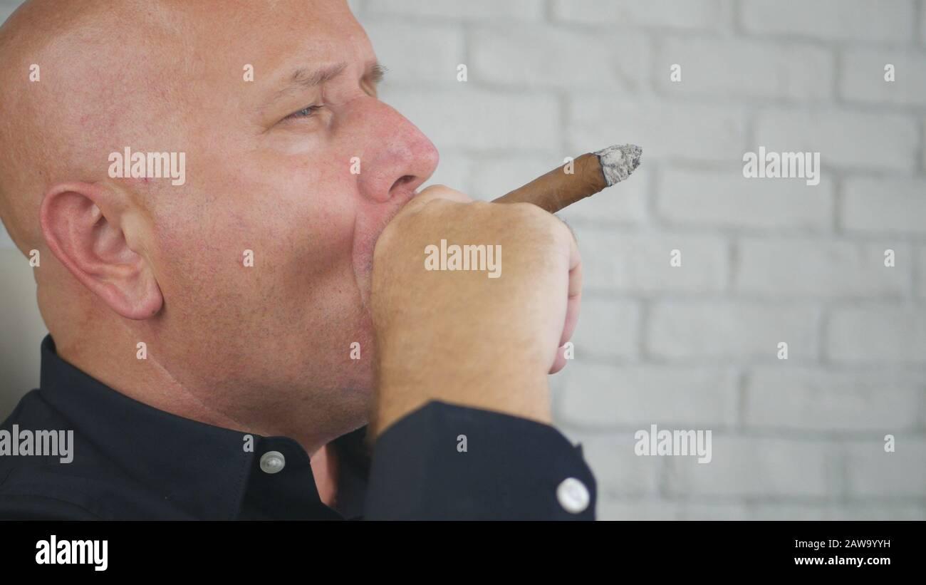 Retrato De Hombre De Negocios Confidente Fumar Relajado Un Puro Negro, Estilo De Vida De Lujo De Los Hombres De Negocios Foto de stock