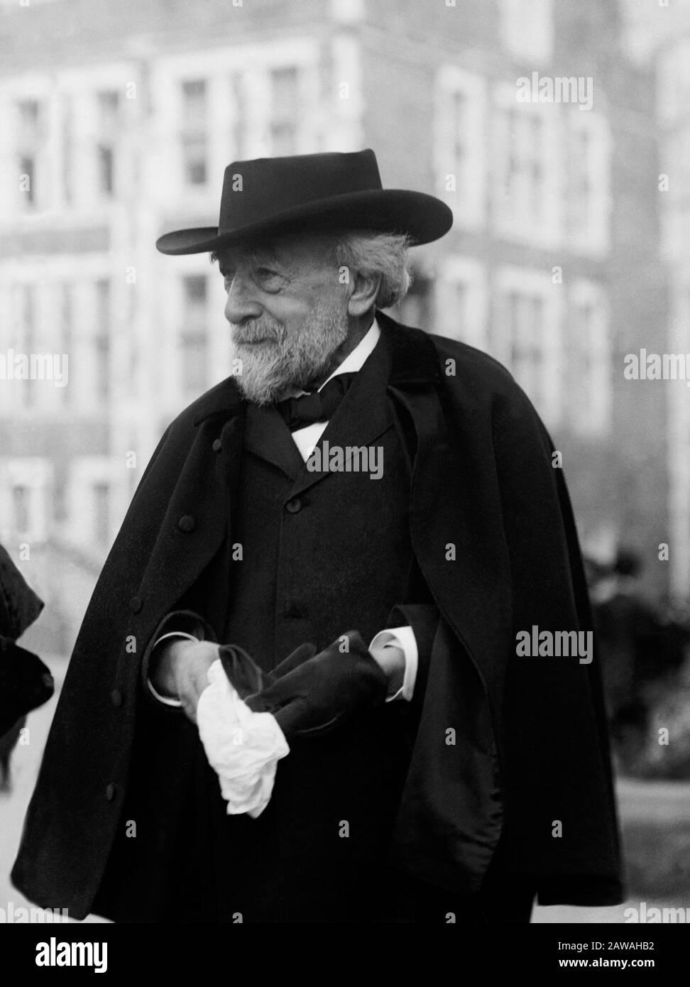 1912 CA , NUEVA YORK , EE.UU. : el viejo judío americano nacido en alemania Doctor ABRAHAM JACOBI ( 1830 - 1919 ) con su yerno Profesor George McANENY ( 18 Foto de stock