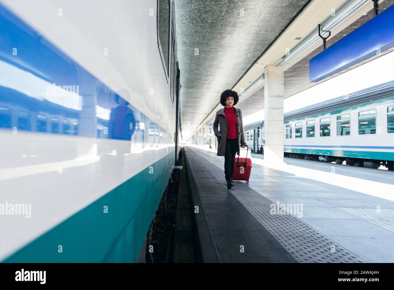 Mujer de turismo va de vacaciones en tren Foto de stock