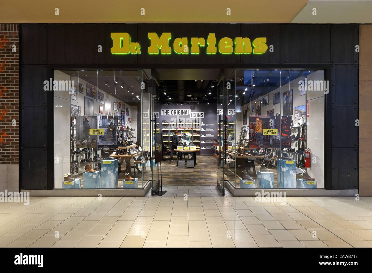 Una Tienda De Zapatos Dr Martens En Un Centro Comercial En Nueva York Ny Fotografía De Stock Alamy