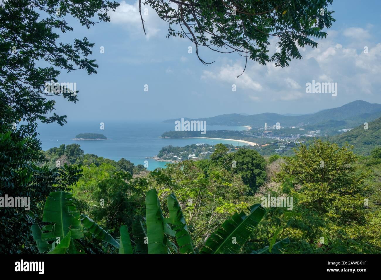 Vista aérea de Phuket contra Karon y Patong. Phuket es una isla grande y un destino turístico popular en el sur de Tailandia. Foto de stock