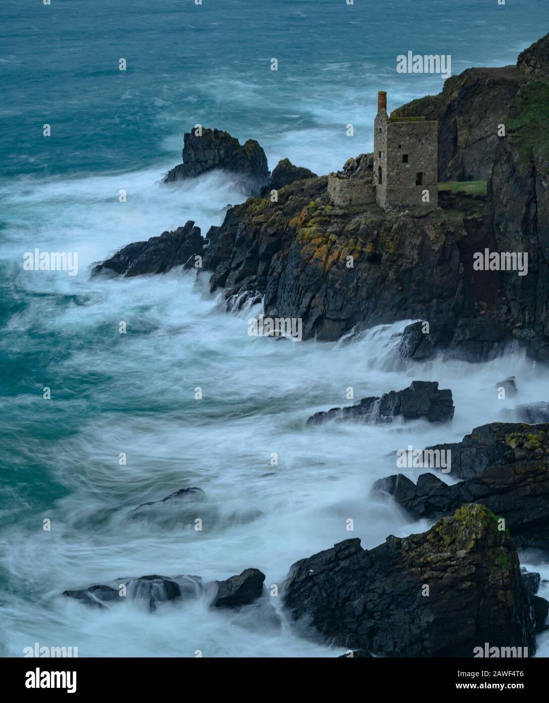 Botallack Mines, Cornwall, 8 De Febrero De 2020. Clima en el Reino Unido: Los vientos fuertes azotan la costa de Cornualles y las olas del Atlántico se estrellan en las rocas de Botallak Mines cerca de St Just, Cornwall el sábado por la tarde antes de la tormenta Ciara. Se han emitido avisos meteorológicos severos con vientos de 80 mph y pronósticos de lluvia intensa cuando el impacto total de la tormenta llega mañana al Reino Unido. Se han emitido advertencias sobre la interrupción generalizada de los viajes. Crédito: Celia Mcmahon/Alamy Live News Foto de stock
