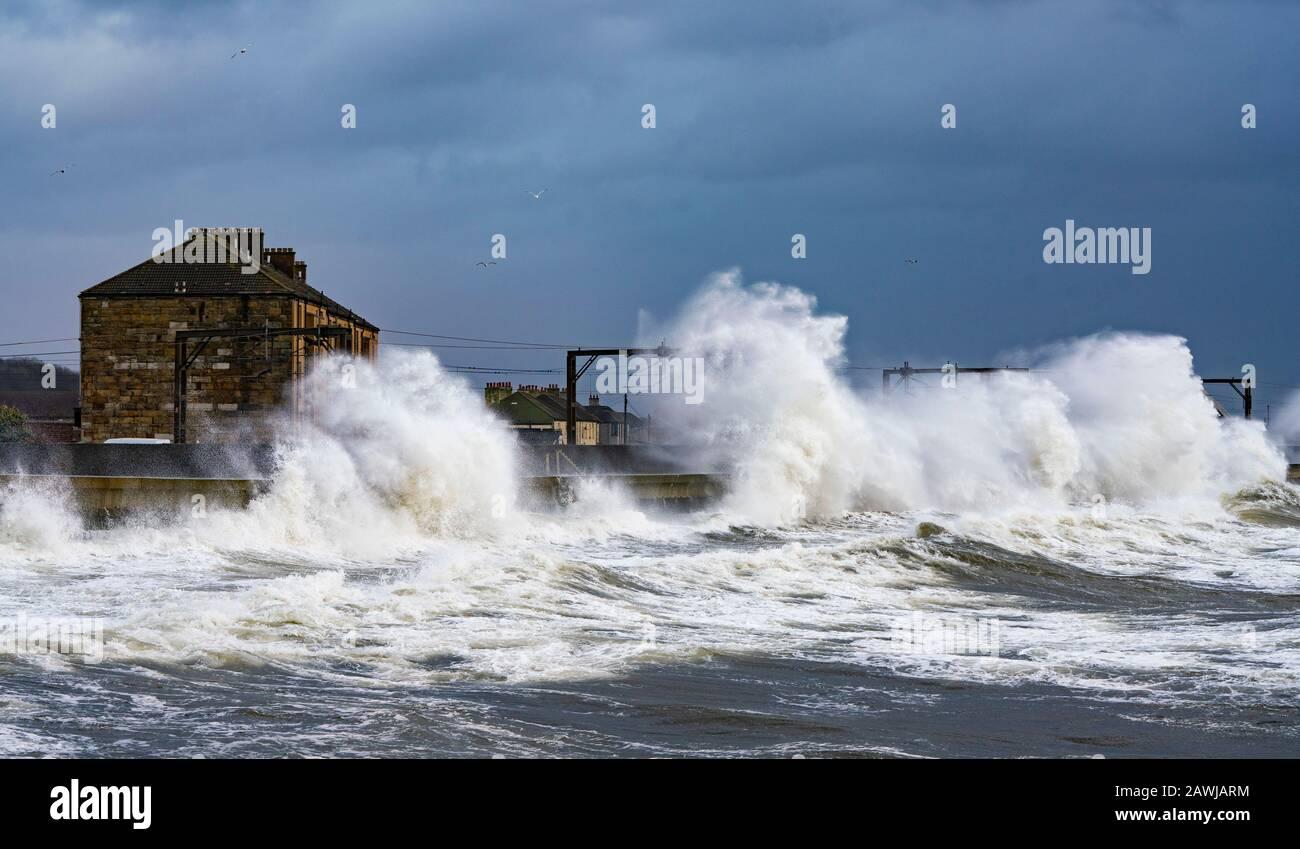 Saltcoats, Escocia, Reino Unido. 9 De Febrero De 2020. Storm Ciara crea grandes olas rompiendo sobre el dique en Saltcoats en Ayrshire. Se han interrumpido los servicios de tren en el ferrocarril adyacente. Con la marea alta debido a mediodía y los vientos se espera que aumenten en velocidad más adelante en el día, la altura de las olas se espera que aumente dramáticamente Iain Masterton/Alamy Live News. Foto de stock