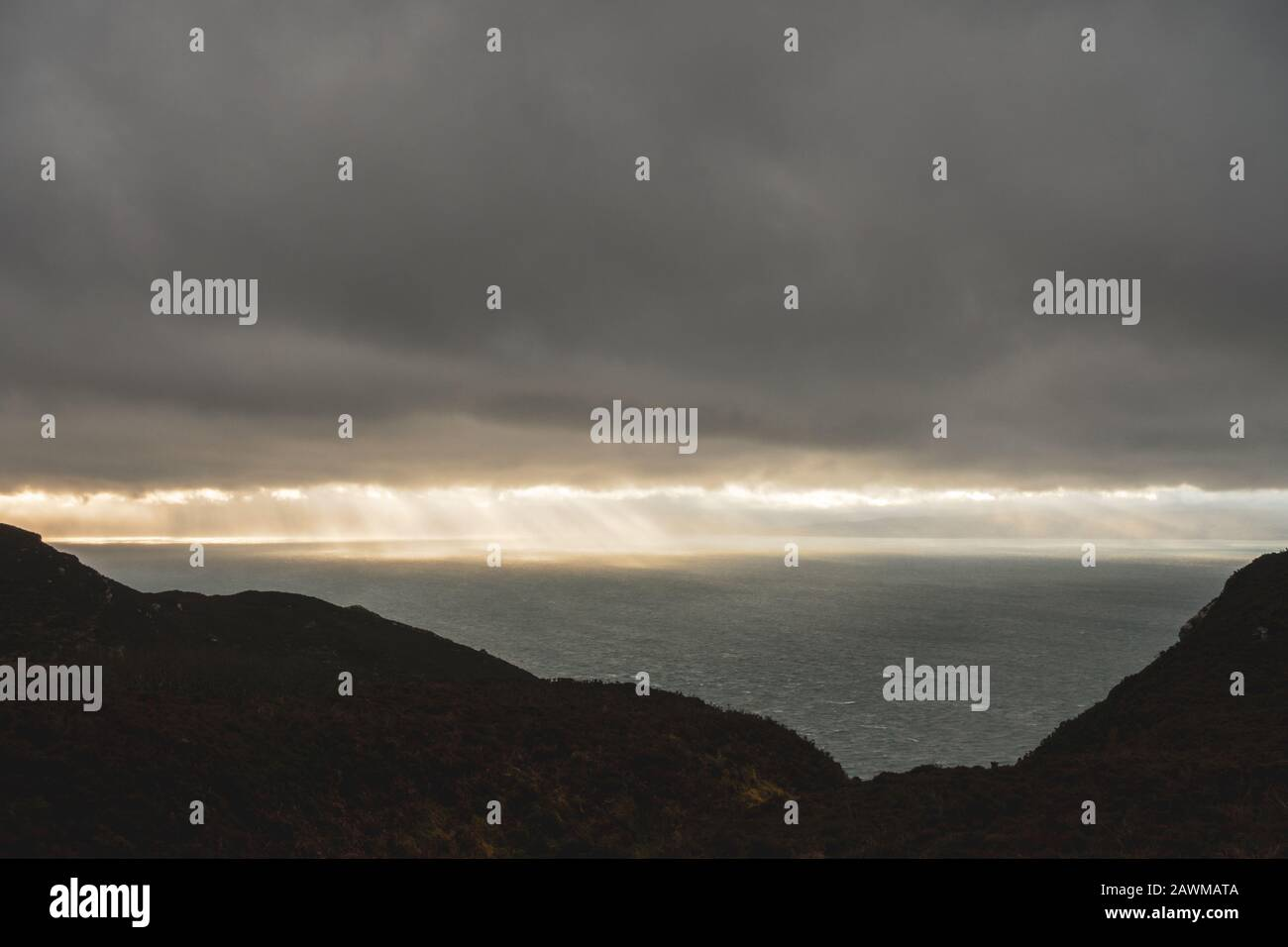 Vistas desde el Mull of Kintyre a Irlanda del Norte y la isla Rathlin en condiciones climáticas dramáticas en invierno, Escocia, Reino Unido Foto de stock