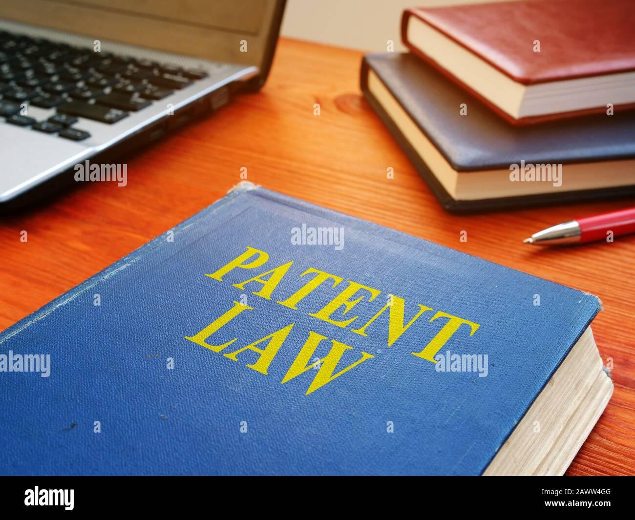 Libro de derecho de patentes sobre propiedad intelectual en el escritorio. Foto de stock