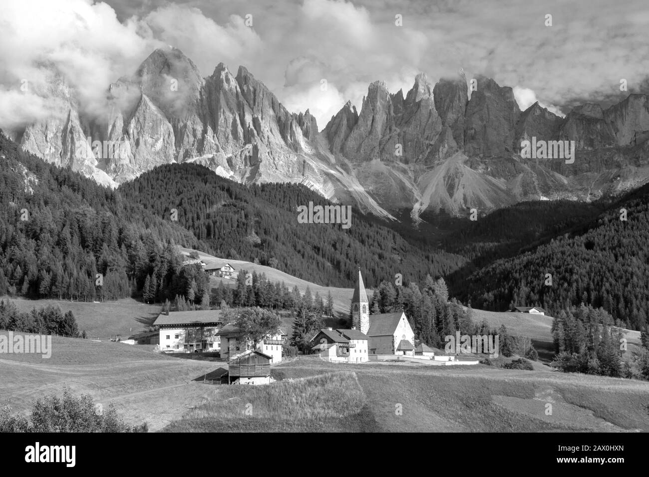 Val di Funes, un hermoso valle donde la pequeña iglesia de Santa Magdalena marca su posición estratégica para una de las postales más impresionantes de la D Foto de stock