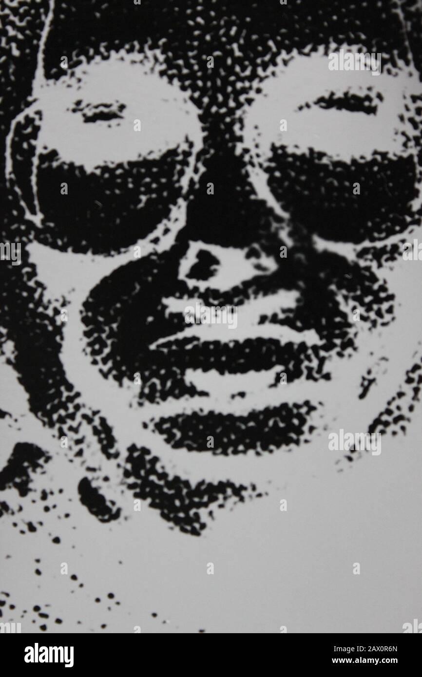 Fotografía extrema de la vendimia en blanco y negro de la década de 1970 de un retrato creativo de la cara completa de una mujer Foto de stock
