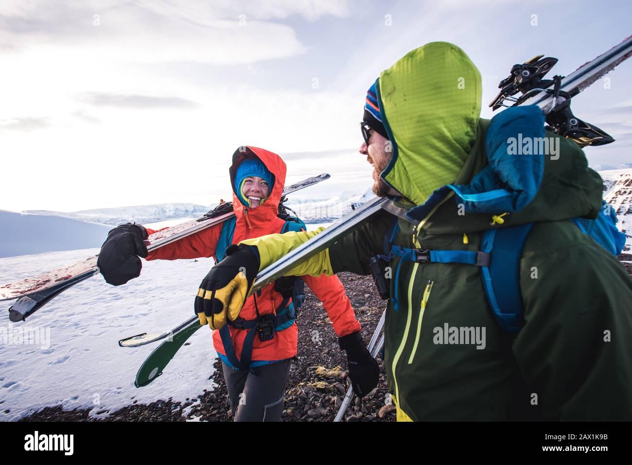 Mujer y hombre riendo mientras caminaba con esquís en Islandia Foto de stock