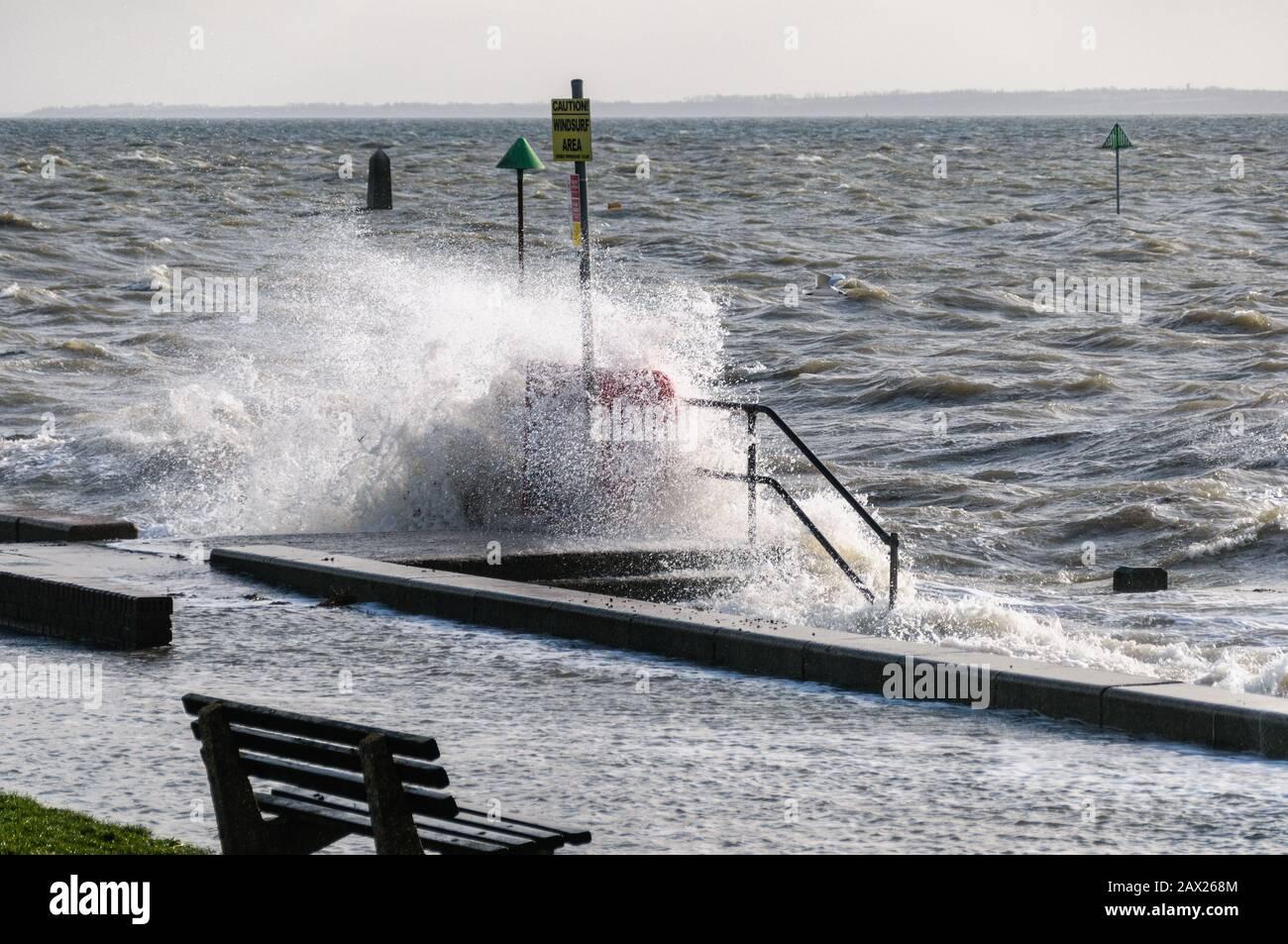 Southend, Essex, Reino Unido - 10 de febrero de 2020: Storm Ciara Trae vientos fuertes y mares rugosos a las costas británicas. Foto de stock