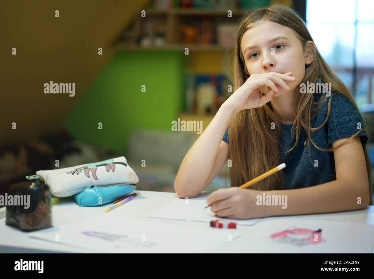 la niña se centró en dibujar en casa Foto de stock