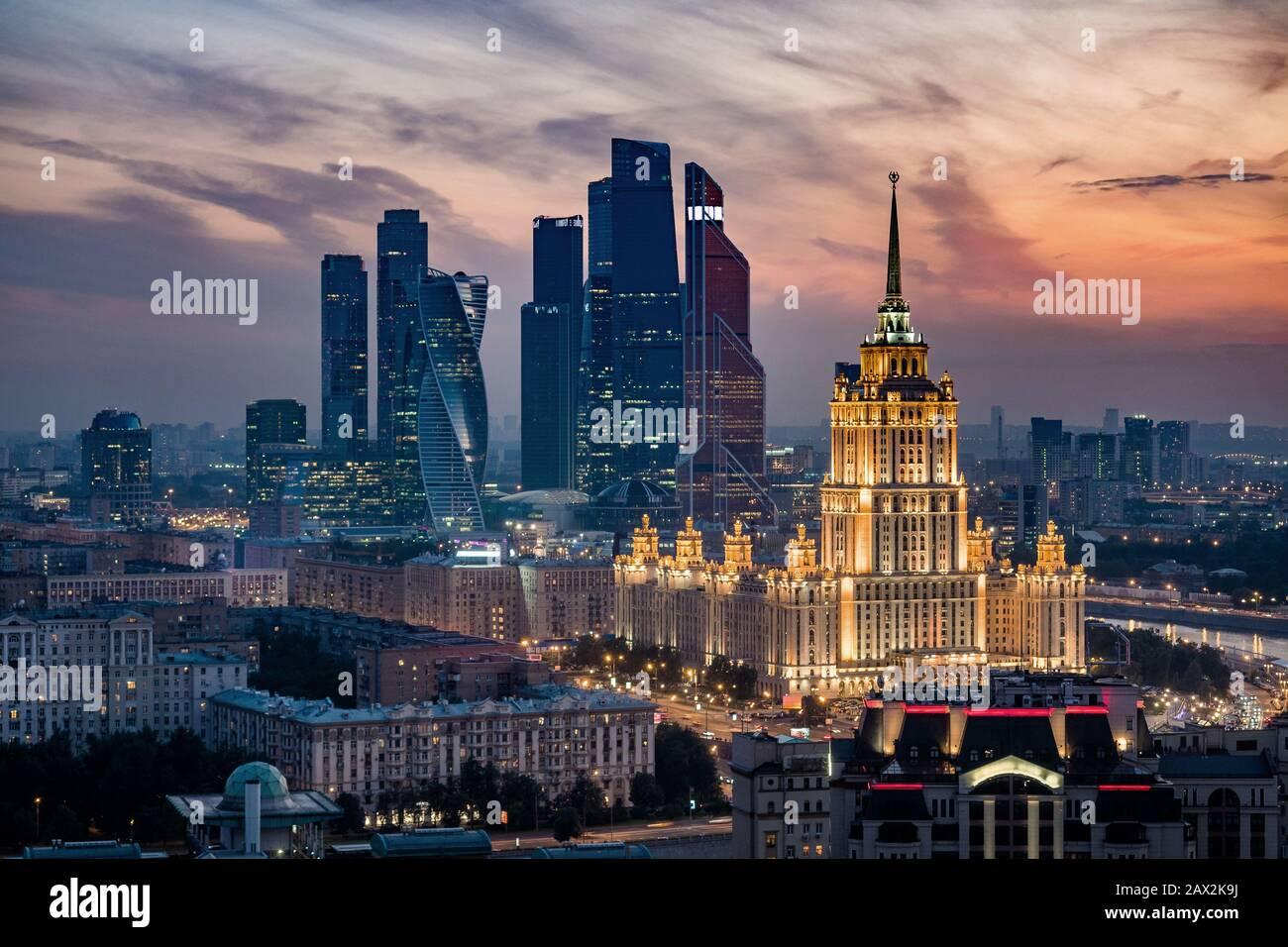 Vista aérea del horizonte de la ciudad de Moscú al atardecer, mostrando monumentos arquitectónicos y el Centro Internacional de Negocios en Moscú, Rusia. Foto de stock